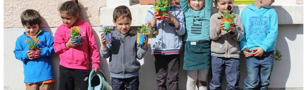 Aux Coccinelles, les enfants plantent leurs petites graines
